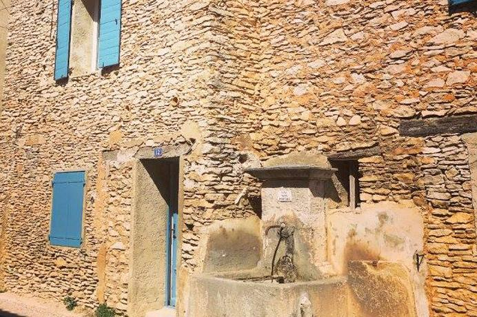 Ventoux Immo Provence, dorpshuis kopen met prachtige muren, tuin en mooi zicht