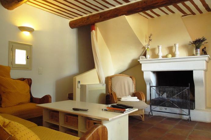 Ventoux Immo Provence, villa kopen met prachtige muren, tuin, zwembad en mooi uitzicht