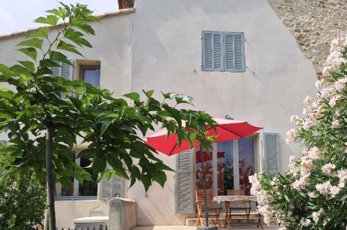 huis kopen in Provençaals dorp met tuinen zwembad, rustig gelegen