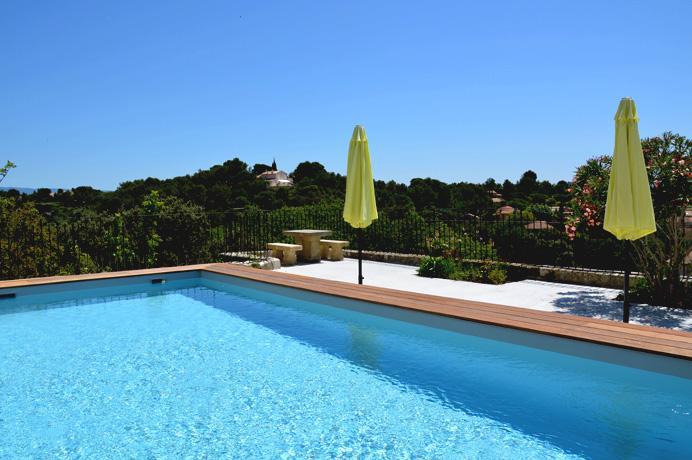 grote villa met zwembad kopen in centrum van Provençaals dorp