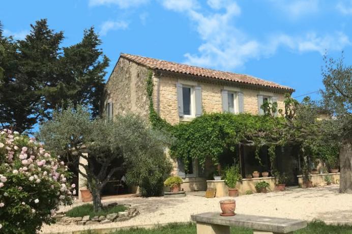 groot huis, mas kopen met zwembad in de Provence, gelegen op een groot terrein van 3.000 m²