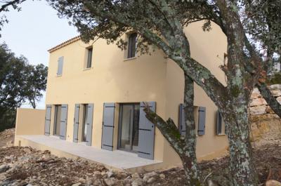4 maisons neuves très écoénergétiques avec 3 chambres, 2 salles de bain et un jardin, situées au calme sur une colline