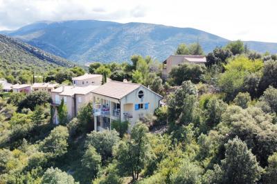 maison d'architecte, située dans un quartier résidentiel avec une vue phénoménale sur les vignes et les oliveraies environnantes et le Mont Ventoux