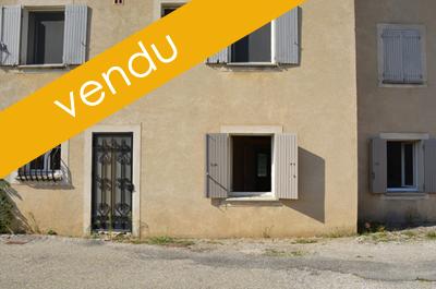 local commercial avec un appartement à vendre au centre ville de Pernes-les-Fontaines