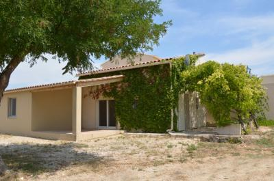 Jolie maisonnette provençale, située au calme sur un terrain de 533 m² à quelques pas du village