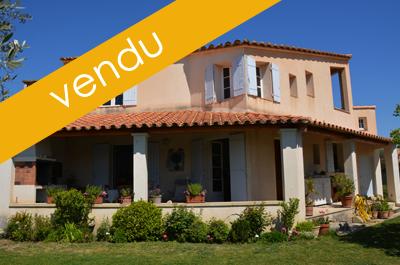 villa d'architecte avec 3 chambres dont une suite parentale, 2 garages, un jardin clos et vue sur le Mont Ventoux
