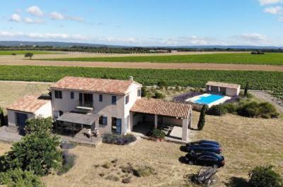 très grand mas Provençal à vendre sur un terrain d'1,6 Ha au milieu des vignes, avec piscine et truffière (300 chênes) en production