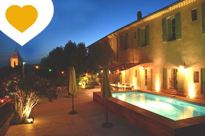 mas de village récemment rénové situé au cœur d'un village viticole, offrant une très grande terrasse, piscine et vue panoramique sur le Mont Ventoux