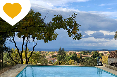 large, renovated villa with swimming pool; panoramic view and large constructible terrain for sale in Provence