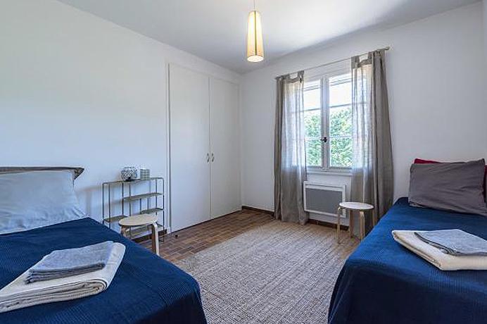 te koop : villa in de Provence met grote tuin, verwarmd zwembad, aparte studio en zicht op de Mont Ventoux