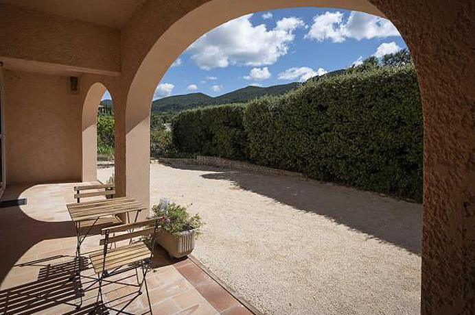 villa kopen in Zuid-Frankrijk met verwarmd zwembad en mooie tuin en zicht op de Mont Ventoux