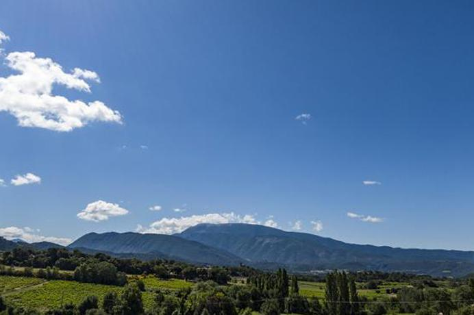 vastgoed kopen in Zuid-Frankrijk, luxe villa met zwembad en prachtig panoramisch uitzicht op de Mont Ventoux