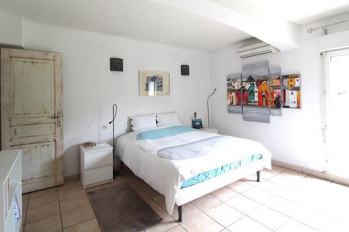 moderne villa kopen met drie slaapkamers, 3 badkamers, grote tuin, zwembad en buitenkeuken in Zuid-Frankrijk