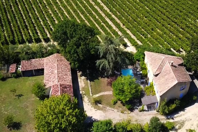 grote te renoveren mas kopen met zwembad en veel bijgebouwen tussen de wijngaarden