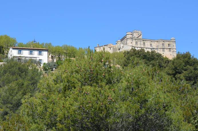 luxe villa kopen met prachtig zicht op kasteel van Le Barroux, huis te koop in Zuid-Frankrijk met zwembad en mooie uitzichten
