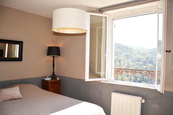 nieuwbouwvilla te koop in Zuid-Frankrijk, rustig gelegen op heuvel met tuin, 3 slaapkamers, badkamer en zwembad