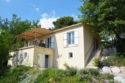 belle villa moderne sur un terrain de 2 200 m² avec vue panoramique sur le Luberon