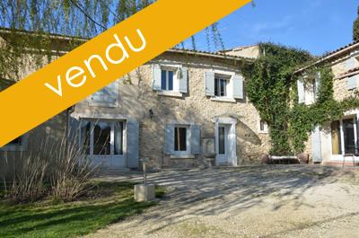Ancien mas rénové, composé d'une grande maison et d'un gîte indépendant dans la bergerie, situé au calme avec un accès facile à Avignon et à la voie rapide
