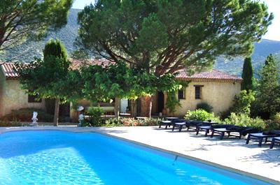 Maison de plein pied dans un grand jardin avec piscine à vendre dans le Luberon avec vue magnifique sur le Colorado Provençal de Rustrel