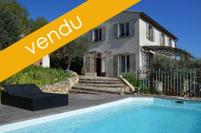 villa provençale moderne avec piscine et oliveraie, située au calme entre les collines verdoyantes avec de belles vues, dont le château du Barroux