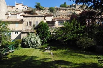 grote Provençaalse dorpswoning met mooie tuin te koop aan de Mont Ventoux, Zuid-Frankrijk