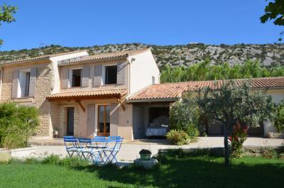 villa kopen met verwarmd zwembad, buitenkeuken en mooi uitzicht op de wijngaarden en de omliggende heuvels