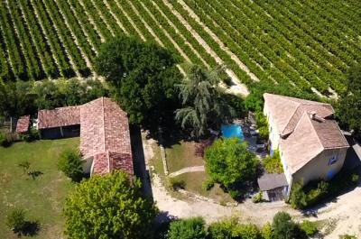 grote villa kopen met zwembad tussen de wijngaarden in Zuid-Frankrijk met zicht op de Mont Ventoux