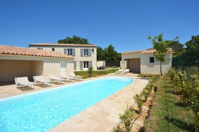 2 villas mitoyennes récentes de plus de 246 m² en total avec piscine chauffée, située au calme à Uzès