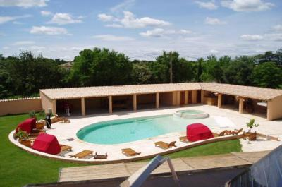 villa avec grande piscine, jacuzzi et très grand poolhouse à vendre, situé au calme sur un terrain de 3.000 m² entre Carpentras et Bédoin