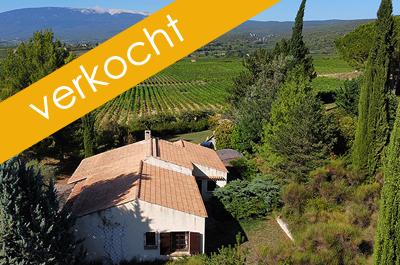 te renoveren villa met groot zwembad en zeer grote tuin met panoramisch uitzicht op de Mont Ventoux